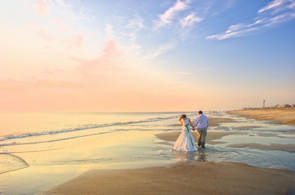Marcher en amoureux sur les plages de sable fin qu'offre Cuba